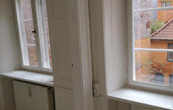 Maler Sorø, hvid maling omkring vinduer
